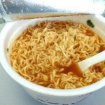 makan mie instant