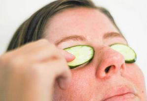 menghilangkan lingkar hitam bawah mata
